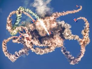 Acrobacia aérea de los halcones.