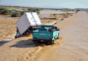 انحراف سيارة على الطريق في محافظة قنا جنوبي مصر جراء موجة الطقس السيء