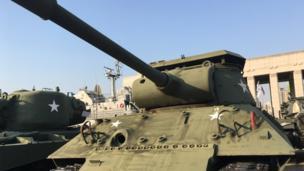 Phi cơ, xe tăng và tên lửa của hai phe cộng sản và tư bản đem vào Chiến tranh Triều Tiên 1950-1953 nay được trưng bày tại Bảo tàng ở Seoul.