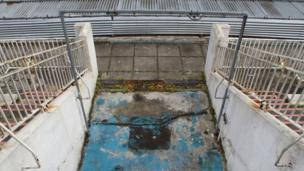 This is the old ladies rinse-shower as you come out of the changing rooms to the pool side, looking down from the stairs of the viewing terrace above.