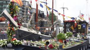 Flowers on top of a houseboat on the Thames
