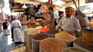 بائع يمني يعرض البهارات في سوق في المدينة القديمة في العاصمة اليمنية صنعاء