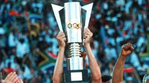 L'ancien style du trophée de la Coupe d'Afrique des Nations