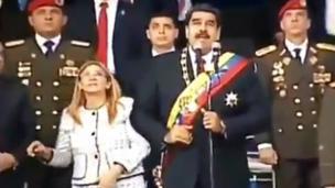 Maduro en el templete junto a su esposa