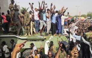 Nan ma yadda 'yan Sudan suka dare bisa tankunan yaki a shalkwatar sojojin Sudan a birnin Khartoum inda suke murnar hambare al-Bashir daga mukaminsa.