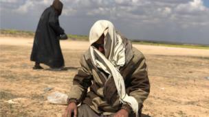 رجل ملثم يصلي