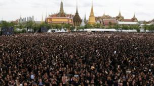 ประชาชนรวมตัวกันที่หน้าพระบรมมหาราชวัง