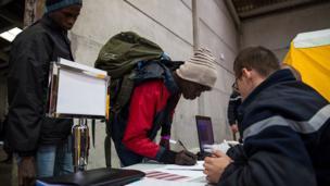 Les migrants seront emmenés dans les lieux en France où ils pourront demander l'asile, selon les autorités françaises.