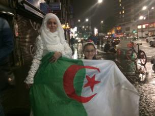Tous les Algériens de Londres marchent vers Trafalgar Square pour célébrer la victoire.
