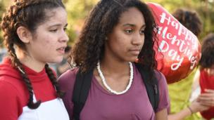Dos alumnas de la secundaria Stoneman Douglas