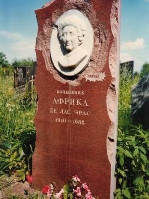 A lápide original colocada no túmulo de África de las Heras en el cementerio Khovanskoye