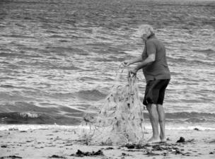 Hombre preparando todo para salir a pescar