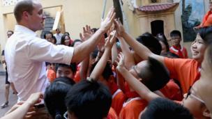 Hoàng tử thăm trường cấp một Hồng Hà trong ngày 16/11.