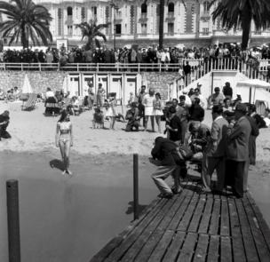 碧姬·芭鐸身穿比基尼泳衣現身戛納海灘(4/1953)