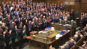 ダウニング街での退任演説の前には下院で最後の首相代表質問に臨み、保守党議員からスタンディングオベーションを受けた