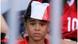 صبي مصري يتابع المباراة بقلق شديد