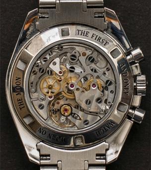 Un reloj antiguo del que se ve la maquinaria.