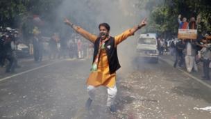 बीजेपी कार्यकर्ता जीत का जश्न मनाता हुआ