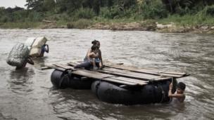 नदी पार कर अमरीका में घुसने की कोशिश करती महिला