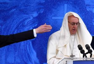 С папы римского чуть не сдуло моццетту - короткую накидку с капюшоном