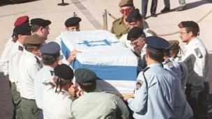 Israeli army generals carry the coffin of assassinated Prime Minister Yitzhak Rabin outside the Israeli Knesset (parliament) in Jerusalem (5 November 1995)
