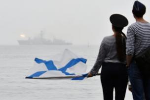ارتدى مواطنون، في مدينة فلاديفوستوك، زي بحارة لمشاهد عرض أسطول الباسيفيك الروسي.