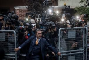 رجل أمن يحاول منع الصحفيين