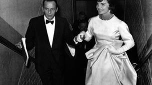 John F Kennedy'nin yemin töreninin öncesindeki akşam bir galada çekilen bu fotoğrafta, Jacqueline Kennedy'ye sanatçı Frank Sinatra eşlik ediyor. Gala, Kennedy ve Demokrat Parti'nin kampanya harcamalarının karşılanması için düzenlenmişti.
