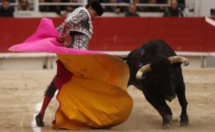 Hiệp sỹ đấu bò tót vào sân trong các hoạt động dịp lễ Phục sinh ở Arles, miền Nam nước Pháp.