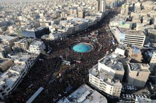 ईरान की राजधानी तेहरान में भारी तादाद में लोगों ने जनरल क़ासिम सुलेमानी के अंतिम संस्कार में हिस्सा लिया.