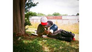 Hombre sentado bajo la sombra de un árbol