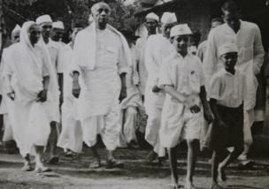 1949માં ખેડા જિલ્લાનાં રાસ ગામમાં ગ્રામજનો સાથે