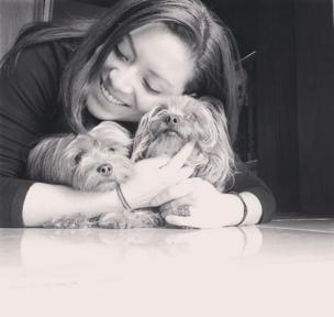 Una mujer con dos perritos