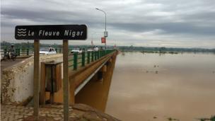 L'Autorité du bassin du fleuve Niger redoute des inondations pires que celles de 2012 et s'était d'ailleurs inquiétée début septembre de la montée des eaux.