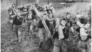 妇女们抗木头