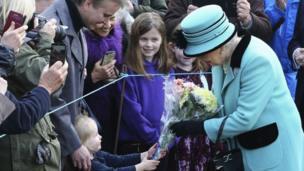 ब्रिटेन की महारानी एलिज़ाबेथ द्वितीय अपने राज के 65 साल पूरे करने के मौके पर लोगों से फूलों के गुच्छे स्वीकार करती हुईं.