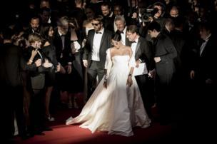 المغنية ريانا وسط حشد خلال مهرجان كان السينمائي