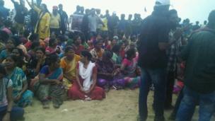 சென்னை கடற்கரையை விட்டு அகல மறுத்த போராட்டக்காரர்கள்