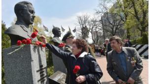"""До """"Алеї героїв Чорнобиля"""" приносили квіти."""
