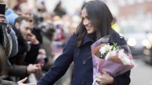 Diễn viên Mỹ Meghan Markle có lần gặp gỡ công chúng đầu tiên với tư cách là hôn thê của Hoàng tử Harry tại Nottingham, phía bắc nước Anh hôm 1/12.