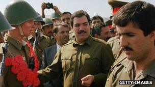 Najibullah with Soviet soldiers, 1986