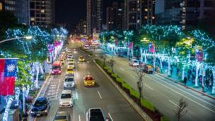 台湾新北市的街道都挂满了圣诞灯饰
