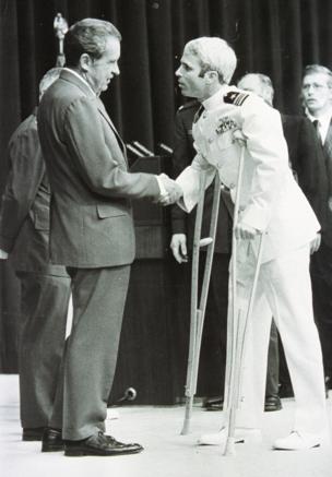 Президент США Ричард Никсон приветствует Джона Маккейна на родине, федеральный округ Колумбия, 1973 год.