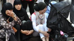 Les proches des disparus, entre colère et tristesse, déplore des sorties de secours insuffisantes dans l'immeuble.