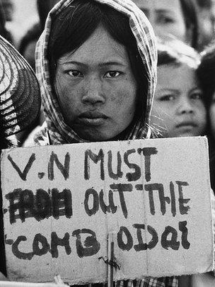 Một người biểu tình Campuchia cầm biểu ngữ kêu gọi VN rời khỏi Campuchia năm 1979