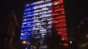En México, el edificio del Senado se pintó con los colores de la bandera de Francia.