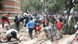 Cidadãos em meio aos escombros de um edifício