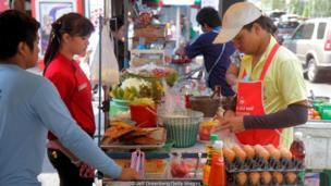 थायलंडमधील विक्रेते सोमवारी पिवळा रंग वापरतात.