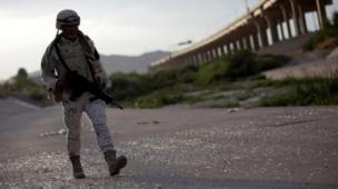 Sınırda devriye gezen Meksikalı asker