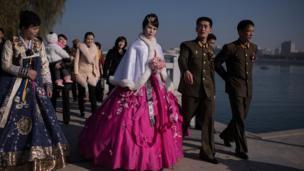 Cô dâu và chú rể đi chụp ảnh cùng gia đình và bạn bè bên sông Taedong ở Bình Nhưỡng. Ảnh chụp tháng 11/2015.